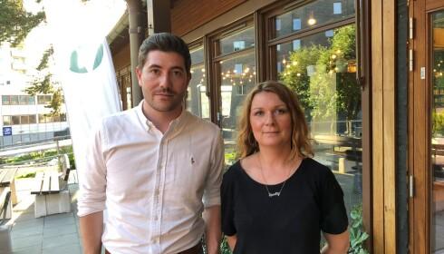 KREVER BEDRING: Stortingspolitiker Grunde Almeland (V) og Aina Fossum i Hørselshemmede barns organisasjon. Foto: Privat