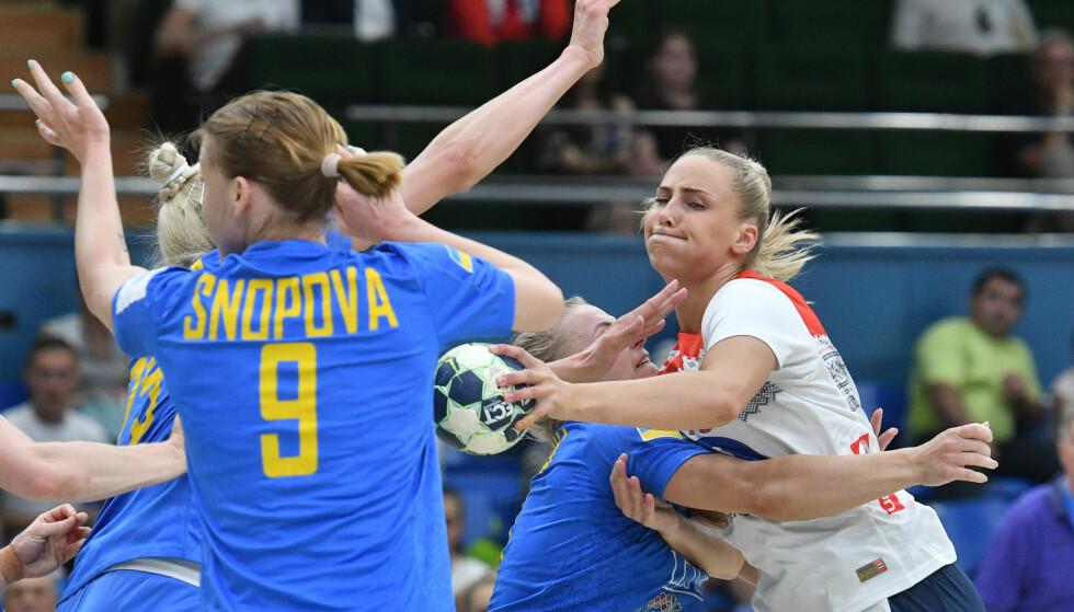DEBUT: Moa Högdahl fikk sin debut for Norge i 26-21-seieren borte mot Ukraina. Foto: Genja Savilov / AP / NTB scanpix