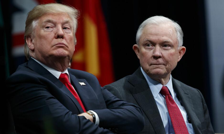 IKKE SÅ NÆRE: President Donald Trump og justisminister Jeff Sessions. Foto: Evan Vucci / AP / NTB Scanpix