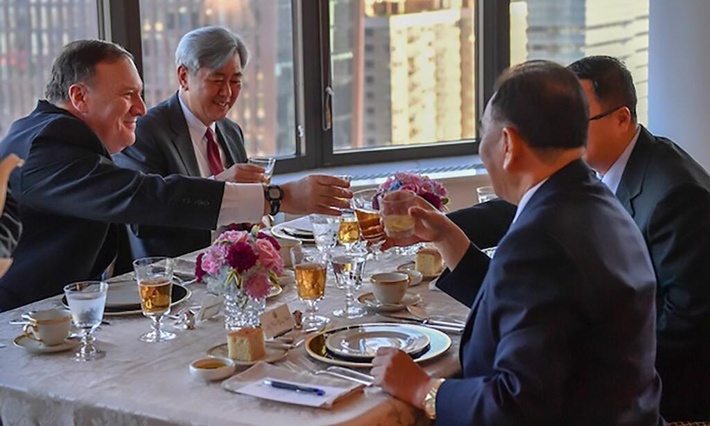 TIL MIDDAG: USAs utenriksminister Mike Pompeo (t.v.) til bord med en nordkoreansk delegasjon onsdag kveld. Foto: NTB scanpix