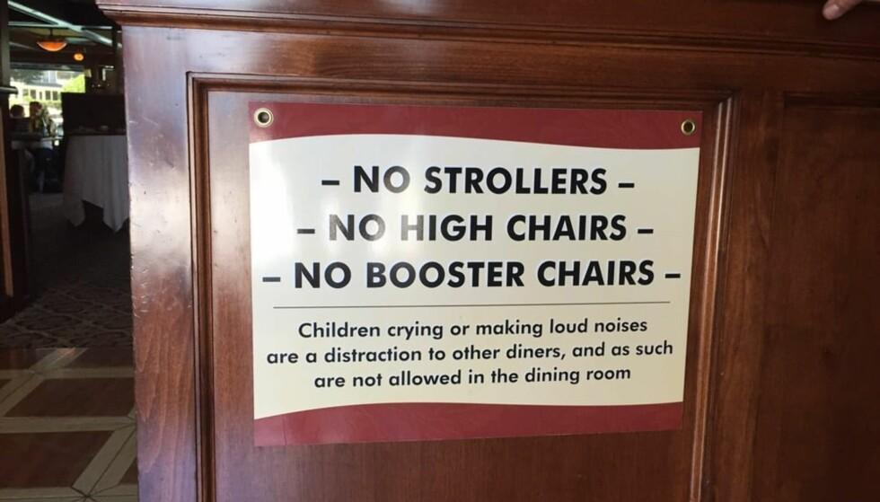 INGEN HØYLYDTE BARN: Dette skiltet ved inngangen viser tydelig at høylydte barn ikke er velkomne på restauranten Old Fisherman's Grotto. Foto: Yelp.com / Dianna G