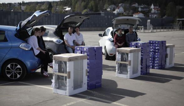 FÅR ALT PLASS?: Deltakerne tar en pust i bakken før de skal prøve å pakke en oppvaskmaskin og 2000 stearinlys inn i en Renault ZOE.