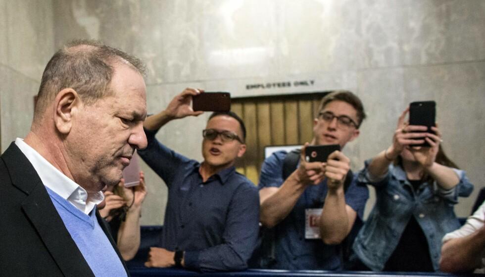 I HARDT VÆR: Tidligere filmprodusent Harvey Weinstein (midten) ble i går tiltalt for alvorlige sexovergrep. Her avbildet på vei ut av rettsbygget i New York 25. mai. Foto: NTB Scanpix