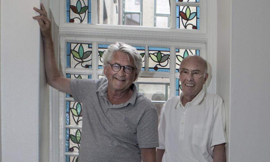SENIORKAMERATENE: Skuespiller Nils Vogt (t.v.) og produsent Tore Ryen har kjent hverandre siden guttedagene. De var med på å revolusjonere tv-underholdningen med «Mot i brøstet». - Nå setter vi et show rundt om i landet der vi skal fortelle om hva som skjedde i kulissene, sier Vogt og Ryen. Foto: Anders Grønneberg