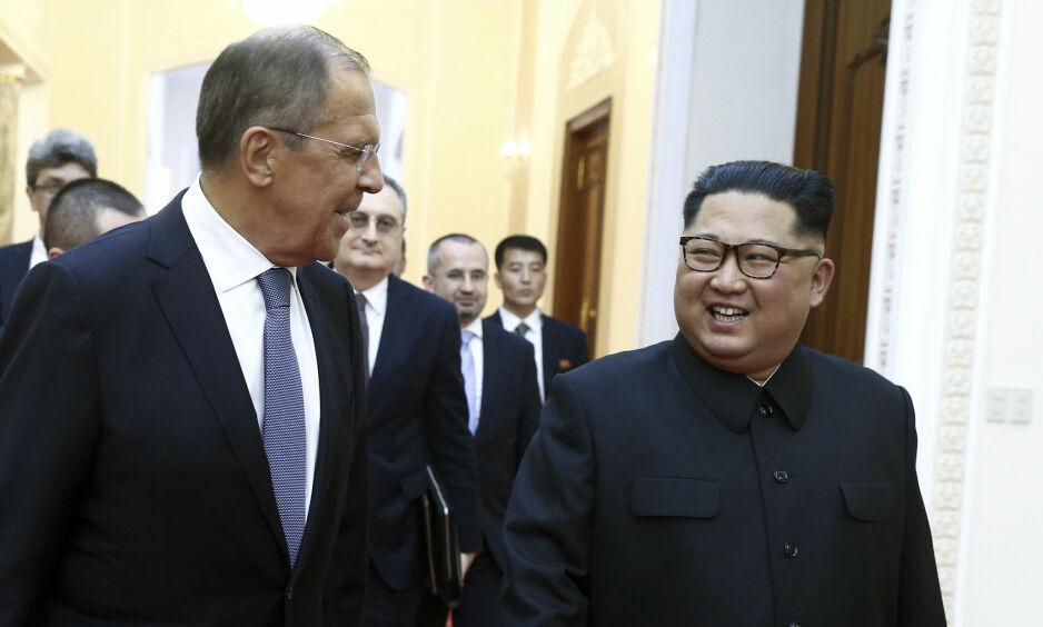 VIL VÆRE MED: Russland er sammen med Kina det landet i verden som har et tettest forhold til Kim Jong-uns nordkoreanske regime, men har vært forbløffende stille den siste tida. I dag kastet imidlertid russerne seg for alvor inn i de pågående samtalene om Koreahalvøyas framtid, da Russlands utenriksminister Sergej Lavrov besøkte Kim Jong-un i den nordkoreanske hovedstaden Pyongyang. Foto: Valery Sharifulin / TASS / NTB Scanpix