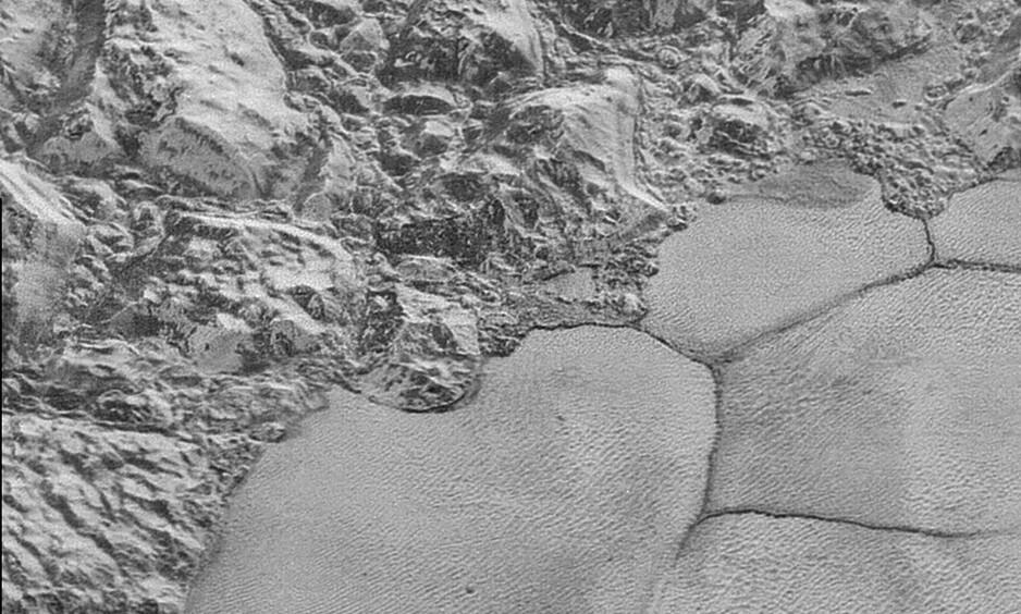 SANDDYNER: Forskere har oppdaget sanddyner på Pluto, som du ser til høyre i bildet. Foto: NASA / NTB scanpix