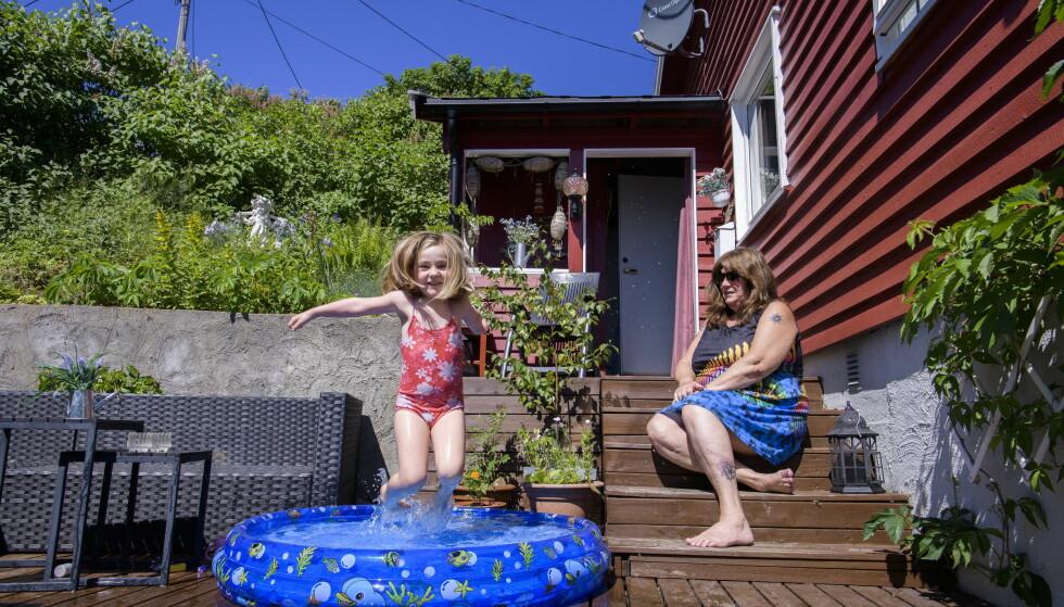 OLJEFRITT: Bestemor Tone Andresen og 4 år gamle Eira nøyer seg med et plaskebasseng på plattingen foran hytta inntil oljesølet er helt borte. Foto: Lars Eivind Bones / Dagbladet
