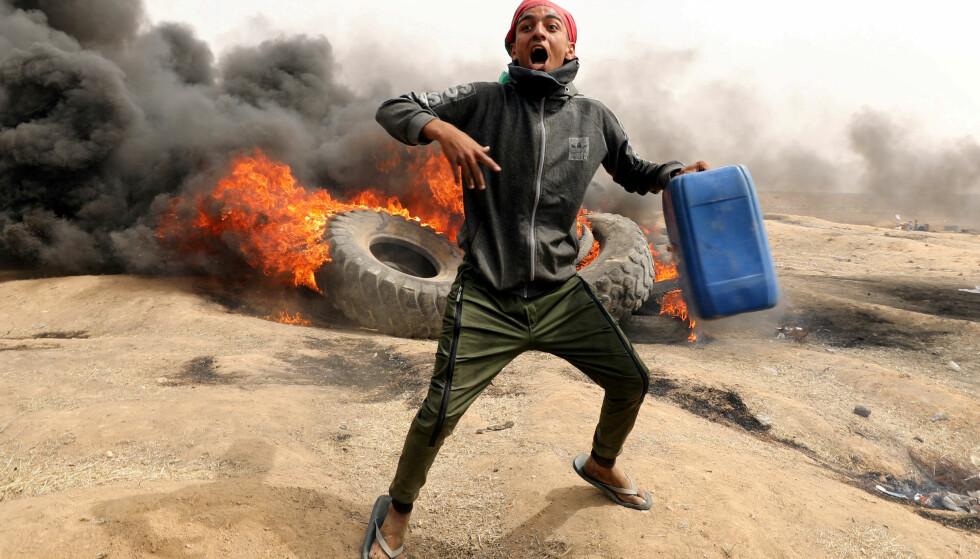 TREFNINGER: De siste ukene har det jevnlig vært trefninger mellom demonstranter fra Gaza og israelske styrker. Her fra 20. april. Foto: Mohammed Salem / Reuters / NTB Scanpix