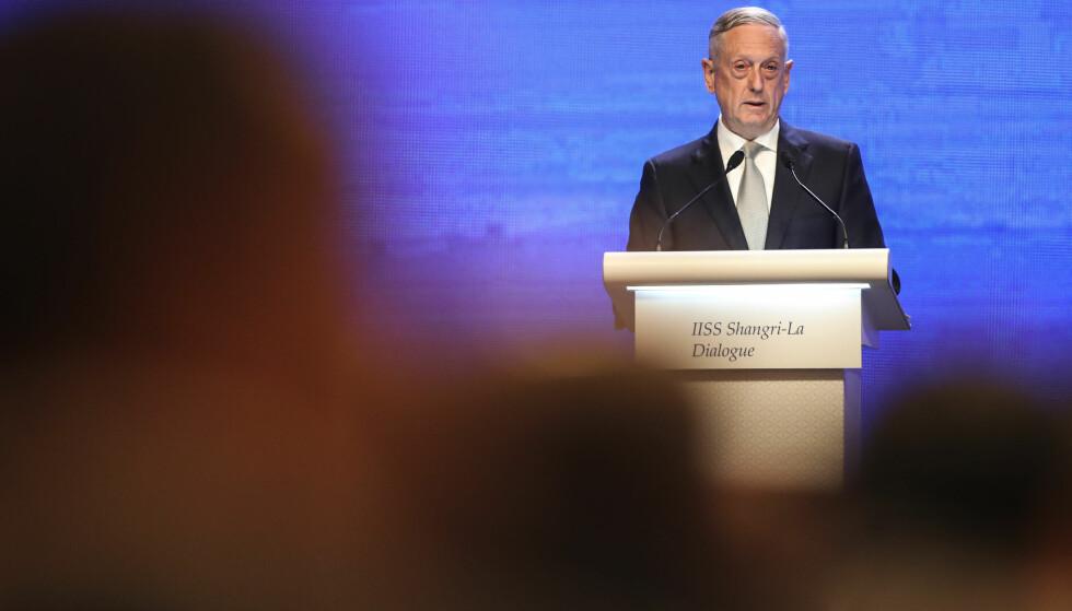 UNDRER SEG: USAs forsvarsminister Jim Mattis talte i Singapore lørdag. Foto: Yong Teck Lim / AP / NTB Scanpix