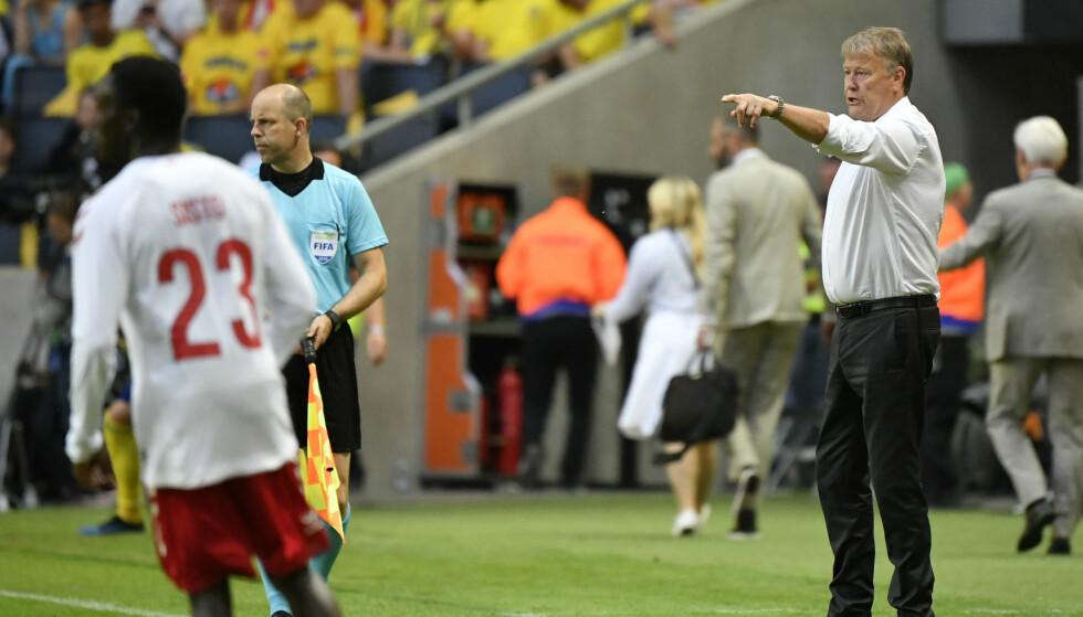 TAMT: Danmarks trener Åge Hareide instruerer sine spillere i lørdagens kamp mot Sverige. Foto: Björn Larsson Rosvall / TT / NTB scanpix.
