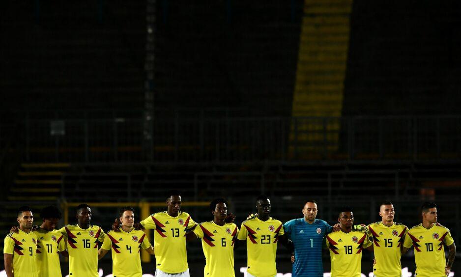 Hedret: Før kampen mellom Colombia og Egypt fredag, ble Alejandro Penaranda hedret av de colombianske landslagsstjernene. Foto: Marco Bertorello / AFP / NTB Scanpix