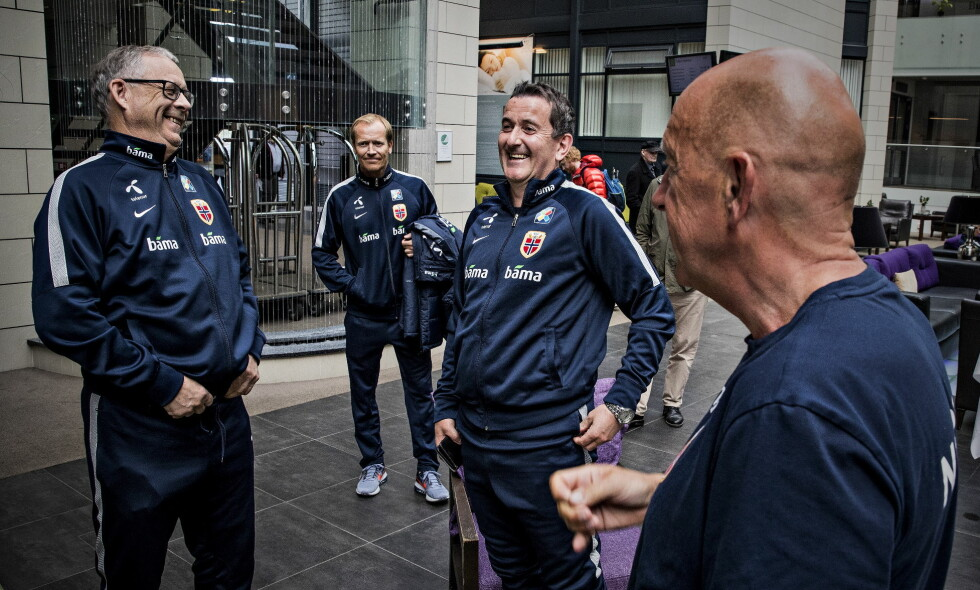 GODT HUMØR: Lars   Lagerbäck (til venstre) begynner å få dreis på Norge. Nils Johan Semb (foran) liker det han ser. Her med assistent Per Joar Hansen (i midten) og mediesjef Svein Graff (bak). Foto: BJØRN LANGSEM / DAGBLADET