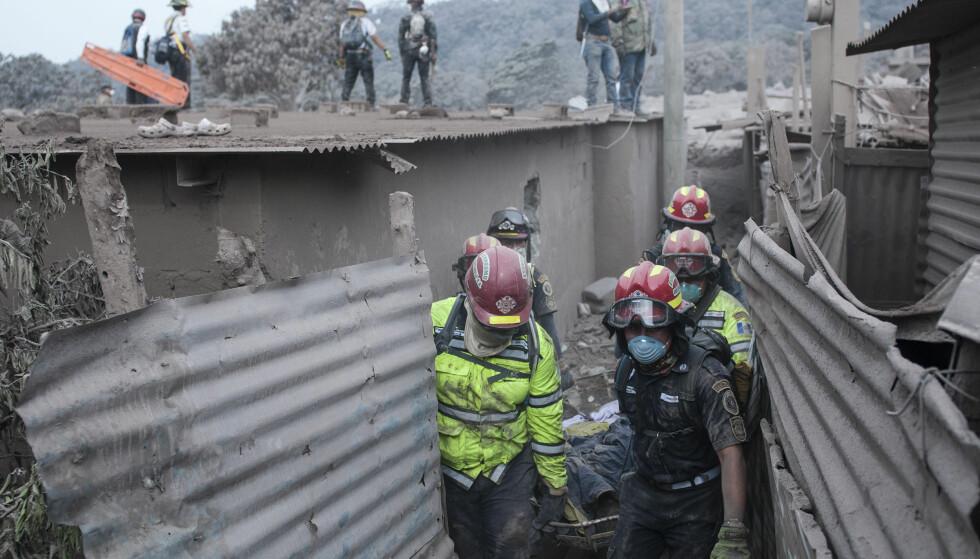 KOKENDE: Den kokende asken gjør redningsarbeidet vanskelig. Foto: AP / NTB Scanpix