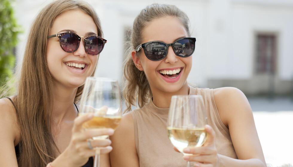 VÆR OG VIN: Det varme været gjør at salget av hvitvin, musserende og rosévin får en kraftig økning. Foto: NTB/Scanpix/Shutterstock