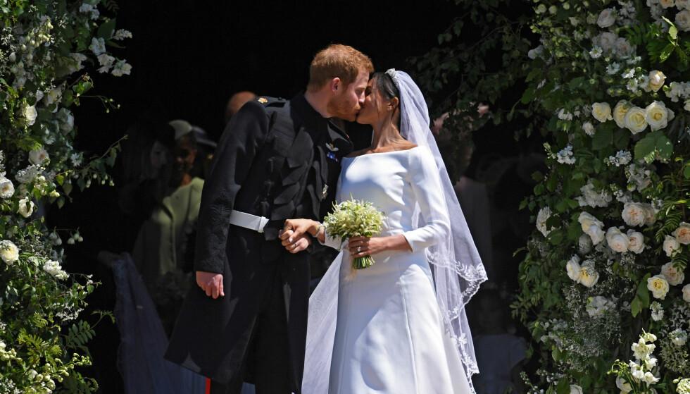 ENDELIG GIFT: Det var et svært fornøyd brudepar som kysset på trappen utenfor kapellet etter å ha blitt erklært mann og kone. Foto: NTB Scanpix