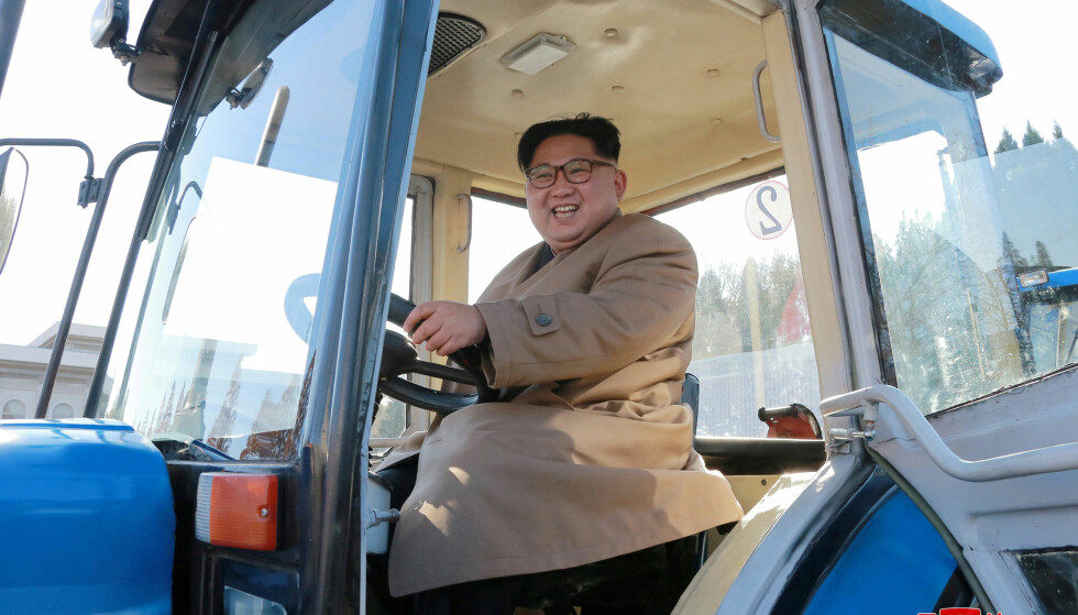 KIM KJØRER TRAKTOR: Økonomien i Nord-Korea produserer vekst tross sanksjonene. Foto: REUTERS /NTB Scanpix