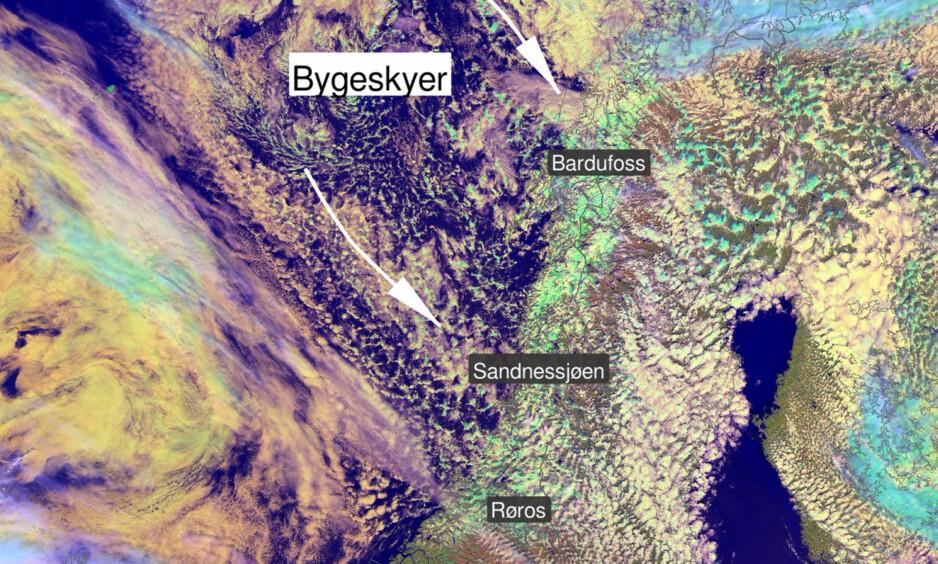 NEDBØR HELE UKA: Bygeskyene står i kø inn mot Nord-Norge og Midt-Norge. Satellitfoto/grafikk: Meteorologisk Institutt / Suomi NPP
