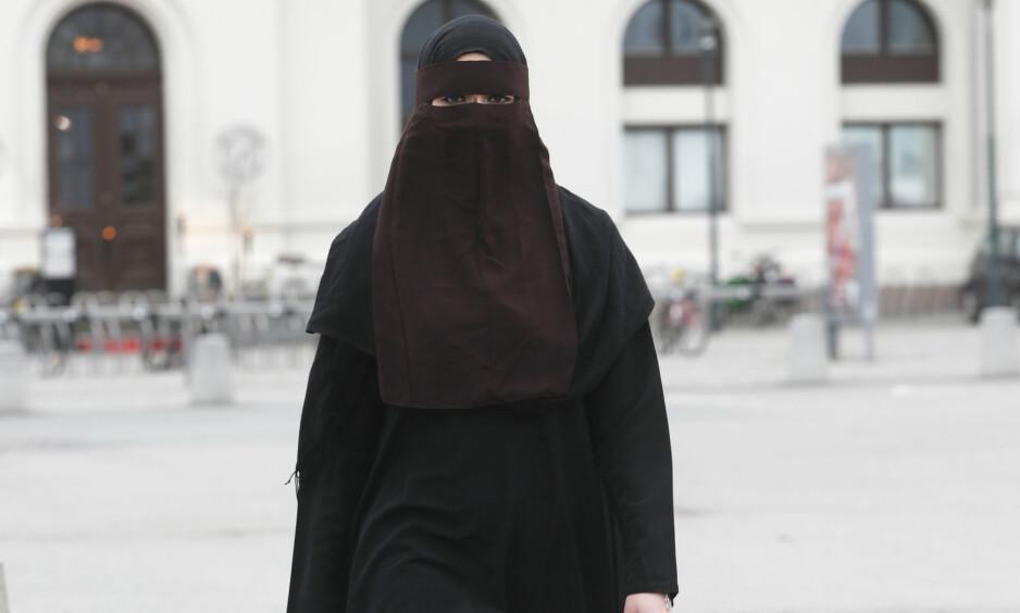 FORBUDT: Det blir forbudt med ansiktsdekkende plagg som nikab, burka og finlandshetter i undervisningssituasjon på alle norske utdanningsinstitusjoner. Illustrasjonsfoto: Lise Åserud / NTB scanpix