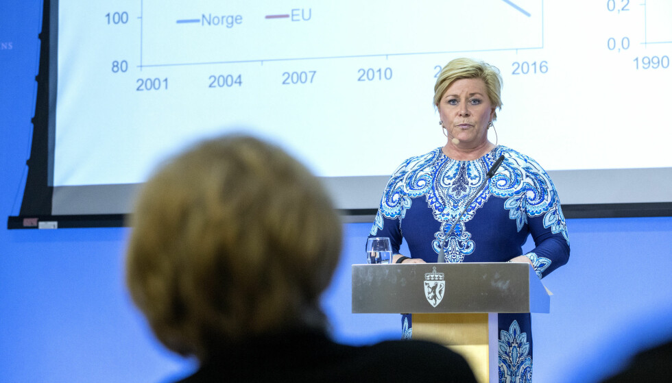 ØKONOMI: Finansminister Siv Jensen (Frp) snakker med statsminister Erna Solberg (H) på benken. Bildet ble tatt i forbindelse en pressekonferanse om klimagassutslippstall 29. mars. Foto: Gorm Kallestad / NTB scanpix