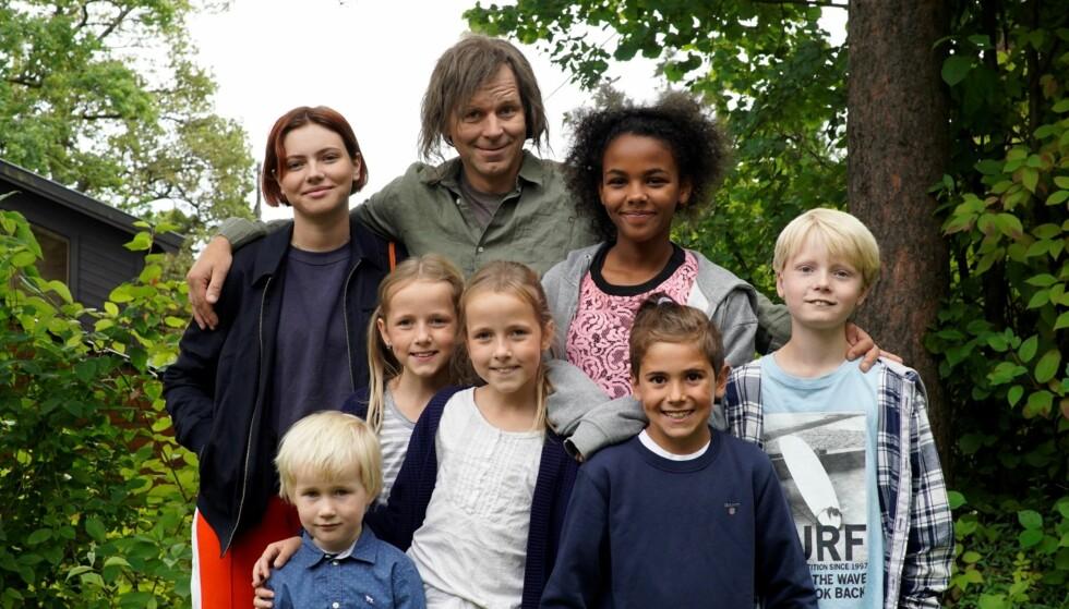 NY KOMISERIE: Espen Eckbo spiller deltidspappa til sju barn med seks forskjellige mødre, i den nye komiserien «Det kunne vært verre», som kommer på TVNorge til høsten. FOTO: TVNorge