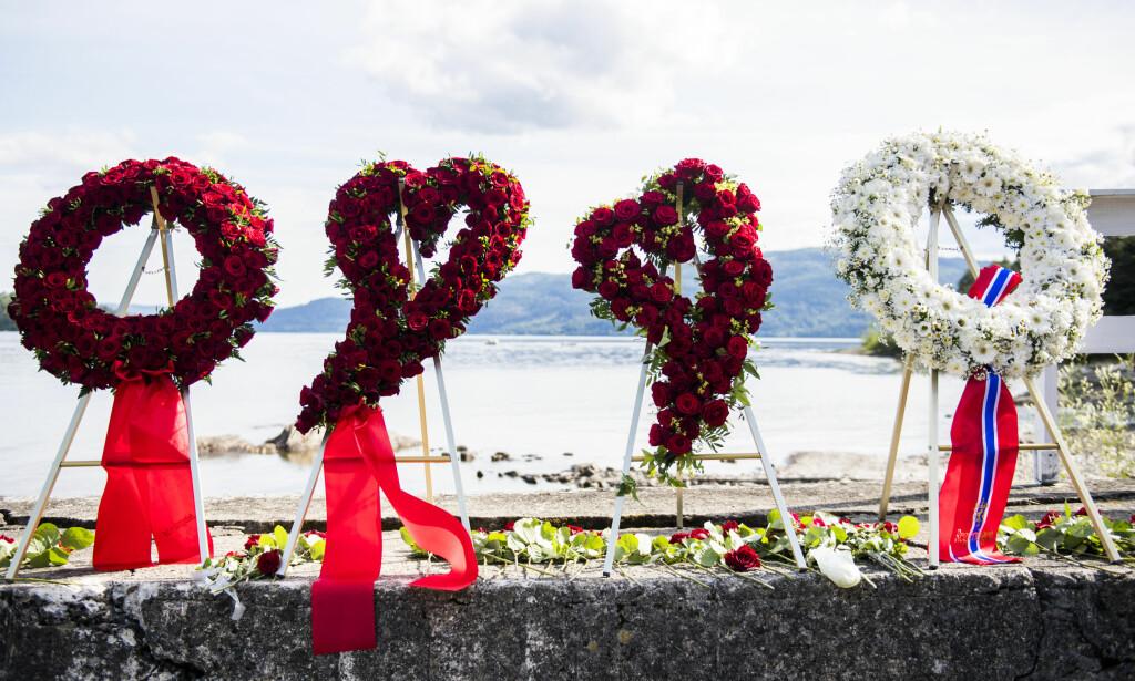 UTØYA: Blomsterkranser ved kaia på Utøya under minnemarkeringen i 2017, seks år etter terrorangrepene 22. juli 2011. POOL Foto: Jon Olav Nesvold / NTB scanpix