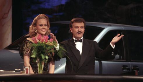 TAUS: Birgitte Seyffarth, kjent som «Tause Birgitte», og programleder Hallvard Flatland på TV Norge i 1990. Foto: Jørn H. Moen / NTB scanpix