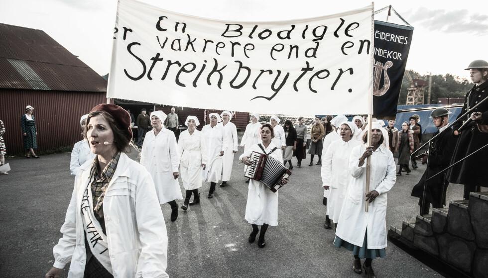 I TOG: Streikende meieriarbeidere, ført av Kjersti Posti Høgli som Ruth. Foto: Dag Jenssen, Grenland Friteater
