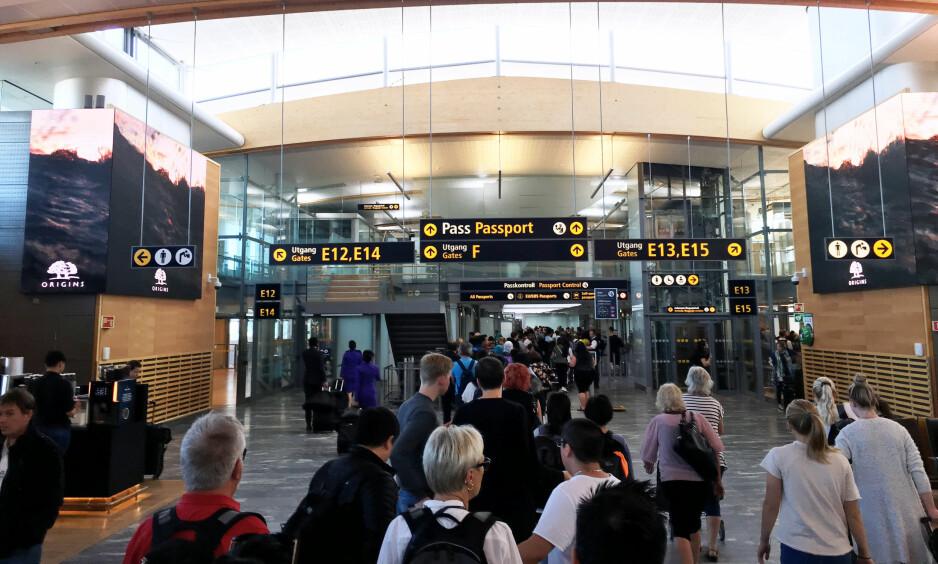 KØ: Det var lang kø i passkontrollen på Oslo lufthavn lørdag ettermiddag, rapporterer Dagbladets reporter på stedet. Dette er trolig bare forsmaken på køen som er ventet i sommer. Foto: Nicolai Eriksen / Dagbladet