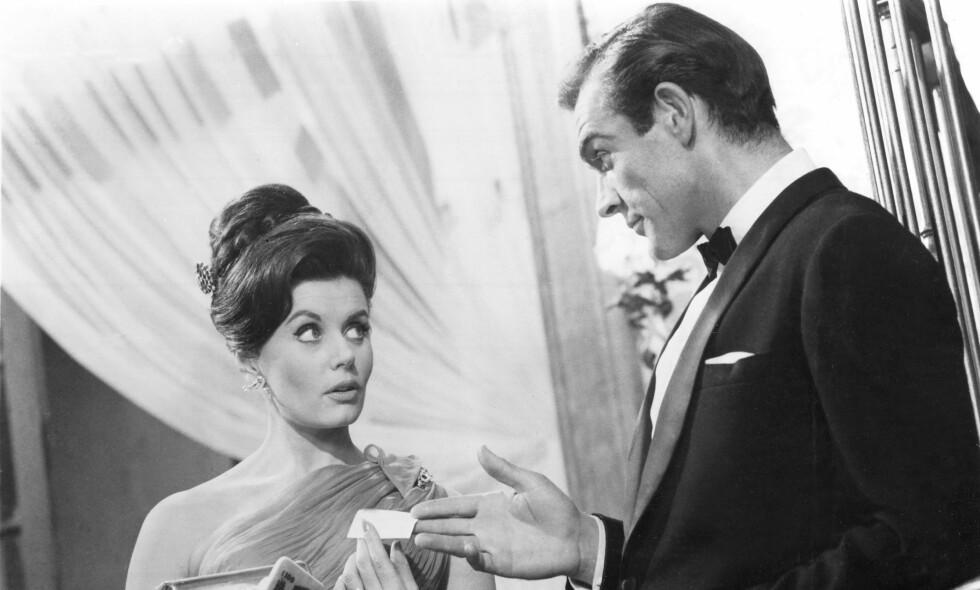 DØD: Skuespiller Eunice Gayson er gått bort. Her er hun avbildet sammen med hovedrolleinnehaver Sean Connery i forbindelse med innspilling av filmen «Dr. No» fra 1962. Foto: NTB Scanpix