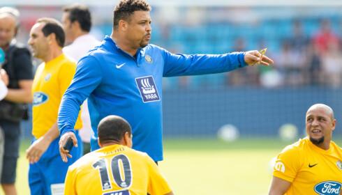 SKADET: Mange sukket tungt på Ullevaal da de fikk vite at Ronaldo var skadet. Den gamle spisshelten var trener for Brasils lag i showkampen. Foto: NTB Scanpix