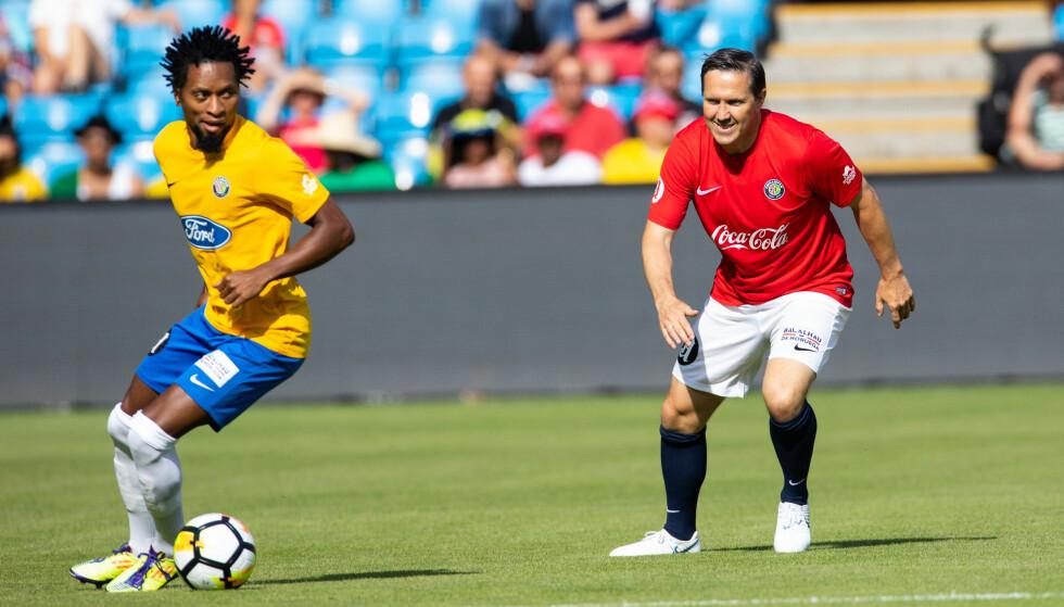 LITT PÅ ETTERSKUDD: Øyvind Leonhardsen og Norge holdt lenge følge med Brasil og Ze Roberto, men brasilianerne tok til slutt en fullt fortjent seier. Foto: NTB Scanpix