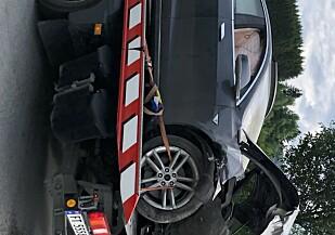 BERGET: Bilen ble til slutt hentet av bergingsbil. Foto: Emilie Klev Bergheim