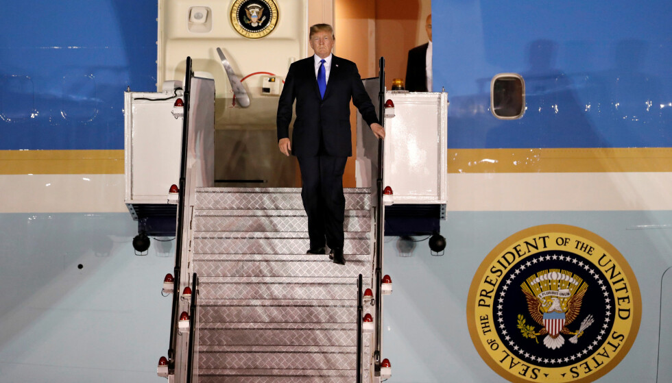 LANDET: Donald Trump ankom Singapore på Air Force One søndag ettermiddag. Han gjorde forholdet til sine allierte i G7 meget anspent på veien. Foto: REUTERS/Kim Kyung-Hoon/NTB Scanpix