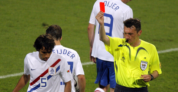 HARDE TAK: Netherlands Giovanni van Bronckhorst (t.v.) får det røde kortet av Valentin Ivanov. Foto: AP Photo/Ivan Sekretarev/NTB Scanpix