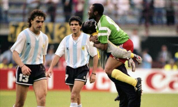LAMSLÅTTE: Argentina-duoen Nestor Gabriel Lorenzo (t.v.) og Jorge Luis Burruchaga går av banen etter sjokktapet for Kamerun. Foto: AP/NTB Scanpix