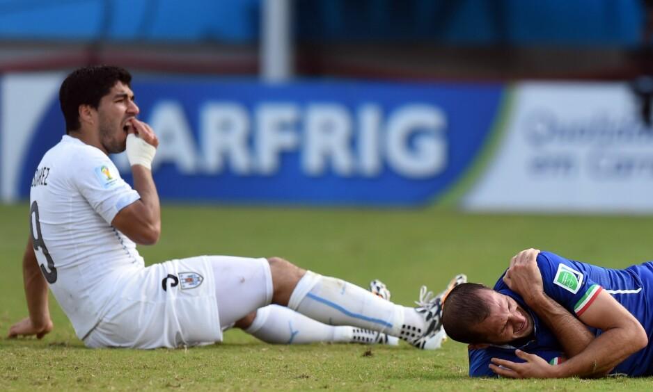 FIRE ÅR SIDEN: Luis Suarez har nettopp bitt Giorgio Chiellini under kampen mellom Italia og Uruguay. JAVIER SORIANO/AFP/NTB Scanpix