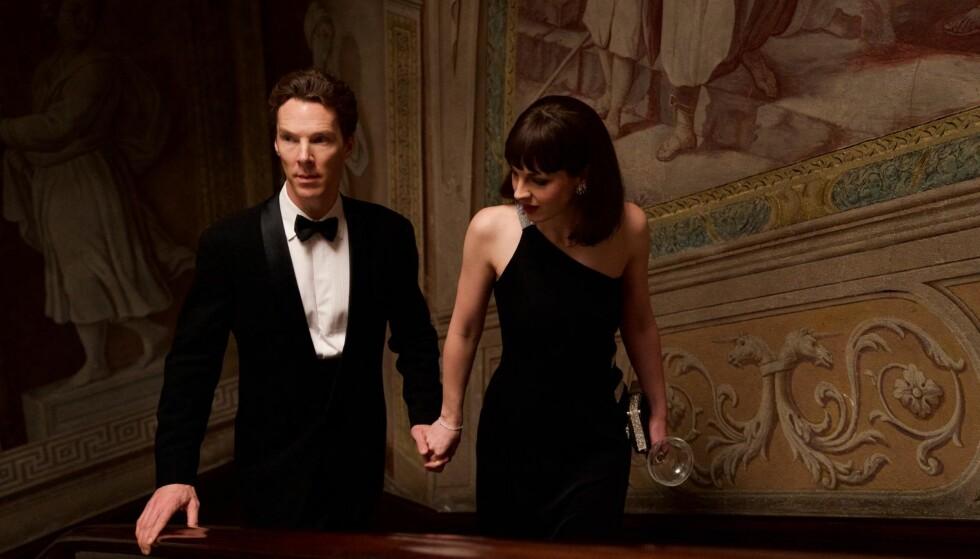 OVERFLATE: Patrick (Benedict Cumberbatch) strever med å knytte seg til noen, inkludert den flørtende Julia (Jessica Raine), den satiriske «Patrick Melrose».
