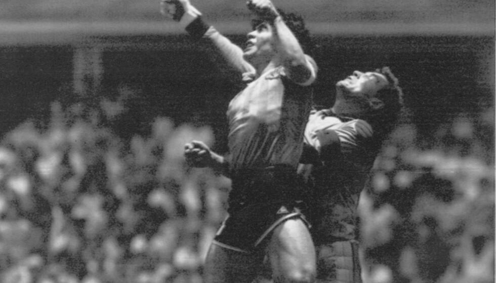 GUDS HÅND: Diego Maradona mot England i 1986. Scoringa viste seg å være med hånda. Foto: NTB Scanpix