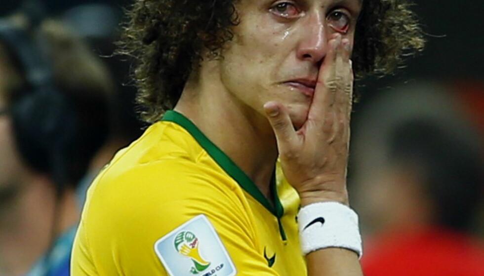 TÅRER: David Luiz har det vondt etter tapet i VM 2014. Foto: NTB Scanpix