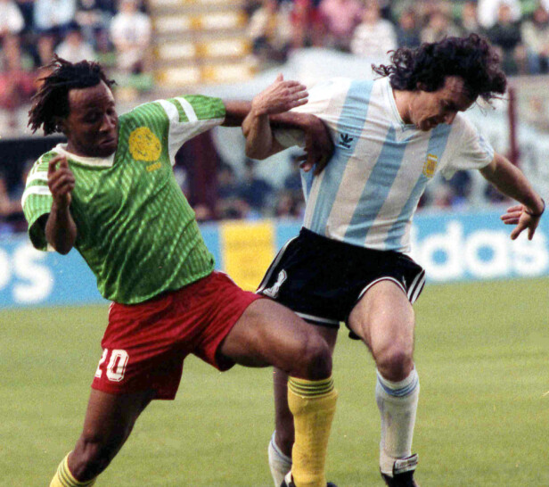 TØFF STIL: Abel Eduardo Balbo takles av Kameruns Cyrille Thomas Makanaky. Foto: NTB Scanpix