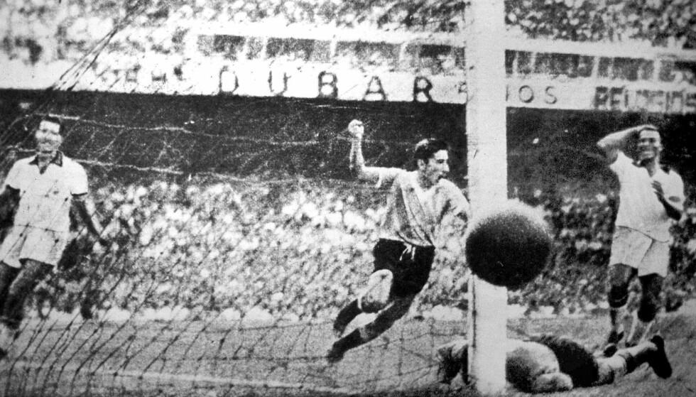 MÅL: Uruguay og Ghiggia scorer mot Brasil i 1950. Foto: NTB Scanpix