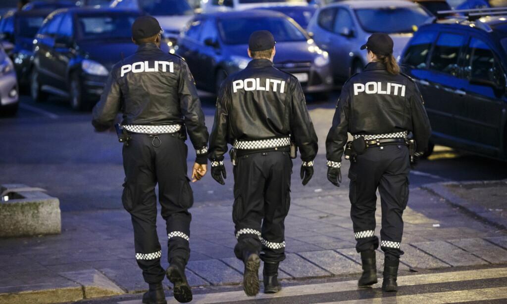 PATRULJERER: Bildet viser politifokl som patruljerer gatene i Ski. Politipatruljene skulle satses på i politireformen, men det er uklart hvor mange flere politipatruljer det er blitt enn tidligere, da det ikke finnes tall som viser dette. Foto: Heiko Junge / NTB scanpix