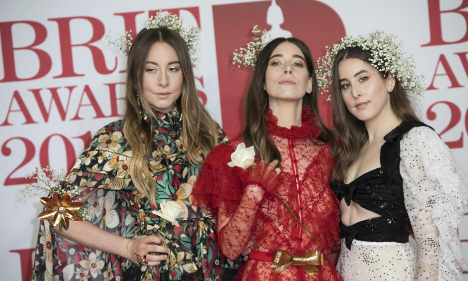 SINTE: Bandet Haim, med søstrene Este, Danielle og Alana Haim, reagerte kontant da de fant ut at de var underbetalt. Her under Brit Awards i London i februar. Foto: Vianney Le Caer / INVISION / NTB scanpix