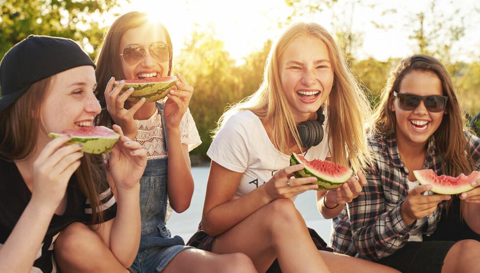 SÅ GODT: Er du helt frisk og ikke gravid, nyt i vei. Men melonen bør skylles og tørkes og skjæres med ren kniv. Foto: Uber Images / Shutterstock / NTB scanpix