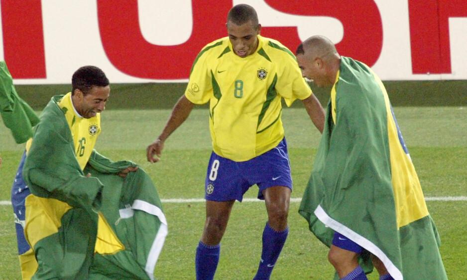 VERDENSMESTER: Gilberto Silva (i midten) feirer sammen med Ronaldo (til høyre) og Junior (til venstre) etter at Brasil slo Tyskland i VM-finalen i 2002. I år kan brassene vinne igjen. Foto: REUTERS/Paulo Whitaker