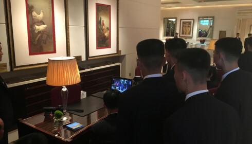 FULGTE MED: Nordkoreanske sikkerhetsvakter samlet seg foran en liten skjerm for å følge med på møtet mellom landets leder, Kim Jong-un, og Donald Trump på tirsdag. Foto: John Geddie / Reuters / NTB scanpix