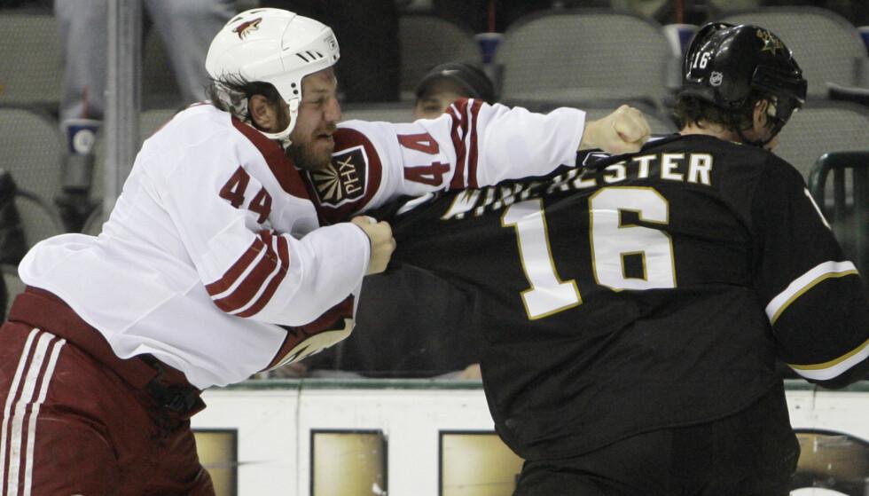 SLÅSS: Nick Boyntons oppgave var å gå ut på isen for å sette seg i respekt overfor motstanderen. Foto: AP Photo/Matt Slocum