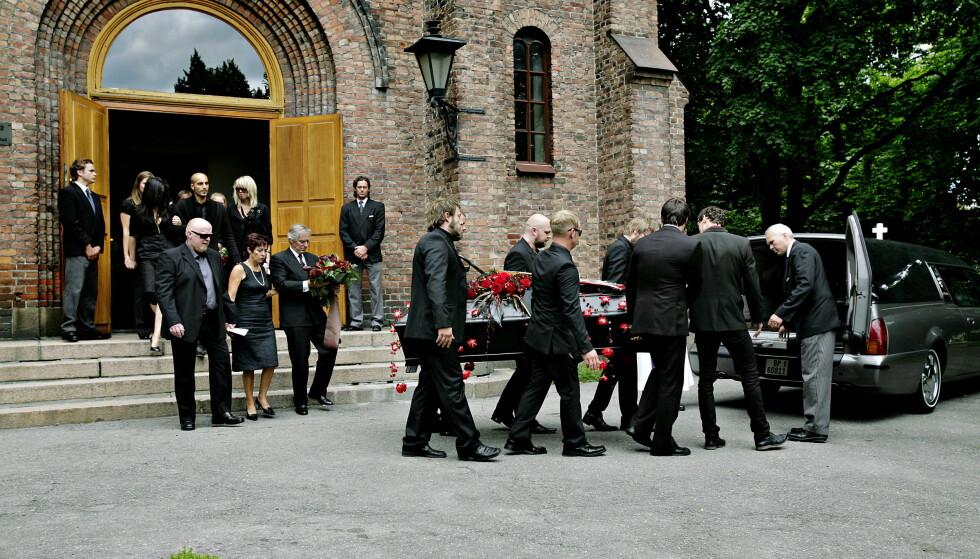 BEGRAVELSE: Madrugada-gitarist Robert Burås begraves fra Sofienberg kirke i 2007. Burås ble 31 år gammel. På båren ligger Burås' røde gitar.   Foto: Kristian Ridder-Nilsen / Dagbladet
