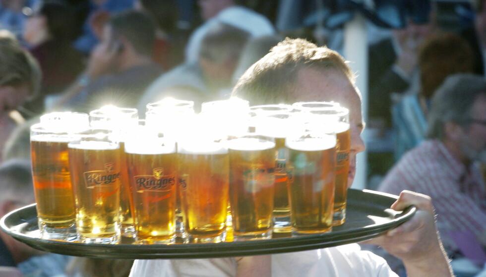 KLARER VI DETTE: Da kan vi igjen irritere oss over støyende gjester på nabobordet, andre gjesters søling av øl på sommerklærne våre, og en omelett som lar vente på seg.  Foto: Robert S. Eik/Dagbladet