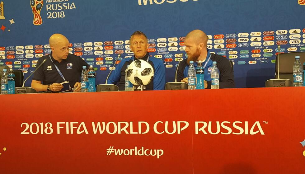 PÅ PLASS I RUSSLAND: Heimir Hallgrimsson (i midten) og Aron Gunnarsson sammen med pressesjef Omar Smarason. Foto: Christian M. Hugsted